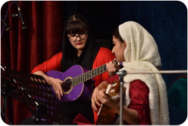 کلاس آموزش گیتار در آموزشگاه موسیقی منظومه