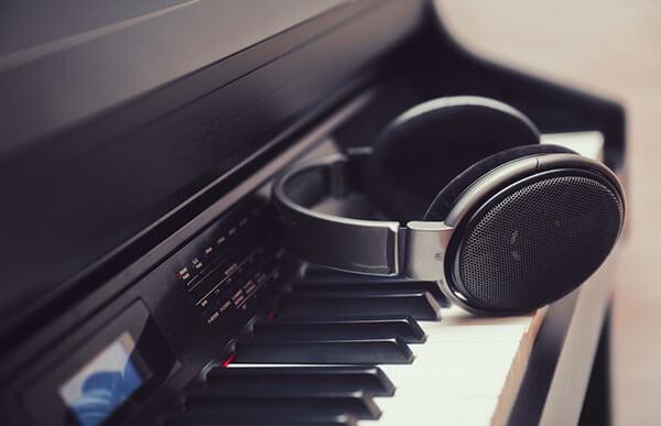 نواختن پیانو با هدفون